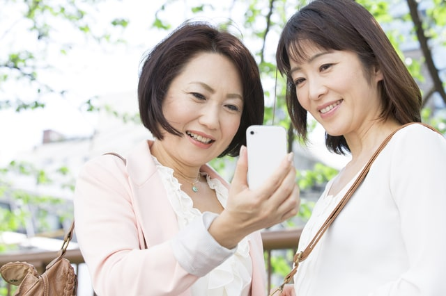 Google mapを利用する女性